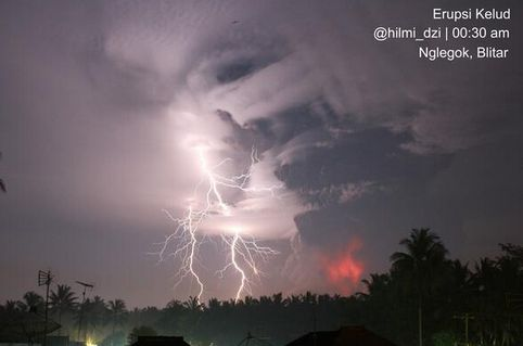 Mount Kelud Indonesian Volcano Erupts Residents Evacuated