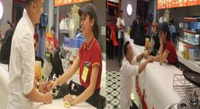 Romantic Boyfriend Proposes To Fast-Food Chain Crew Girlfriend On Duty