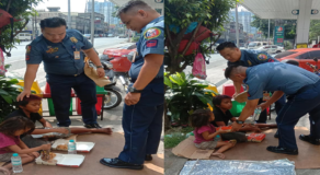 Kind Policemen Amaze Netizens After Giving Foods to 2 Kids on the Street