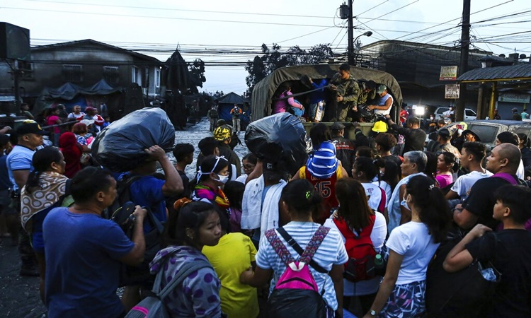 Taal-eruption-evacuees-1