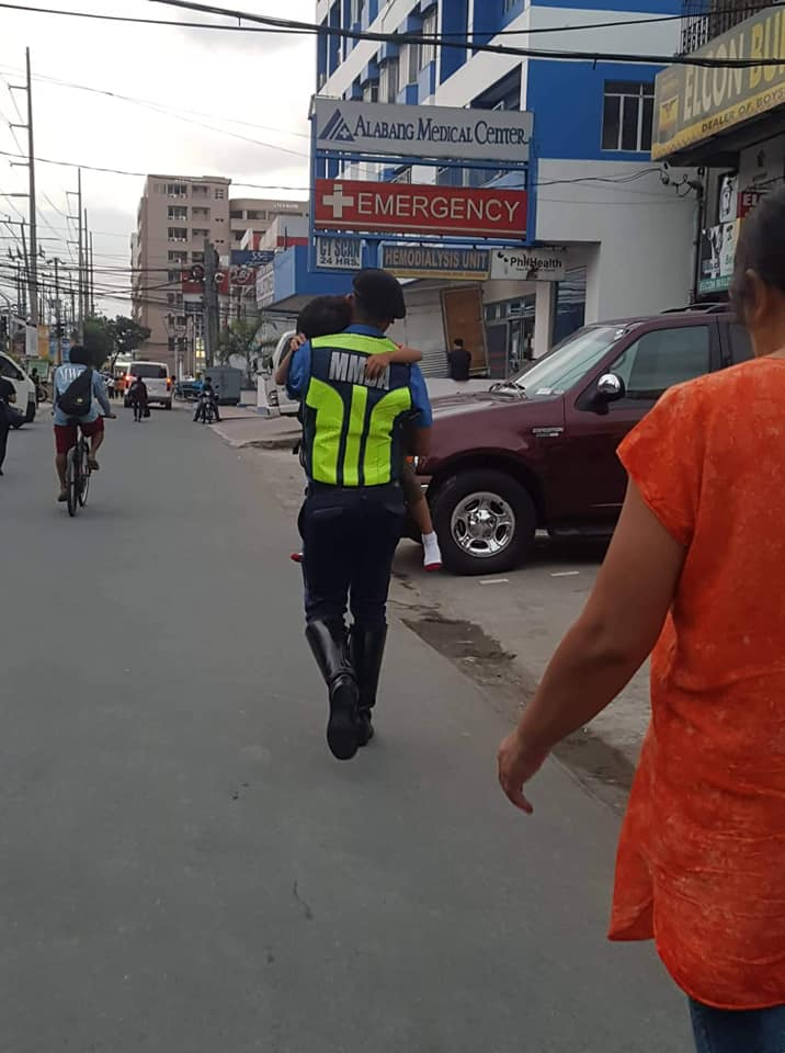 Kind-Hearted MMDA Officer Carries